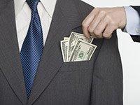 Persona sacando dinero de bolsillo delantero, anticipa cambios en los impuestos.