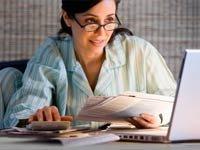 Empresaria hispana trabajando en pijama - Mujeres 6 maneras de prepararse para Jubilación