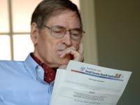 Hombre mayor leyendo los beneficios del Seguro Social - Pon a prueba tus conocimientos sobre el Seguro Social