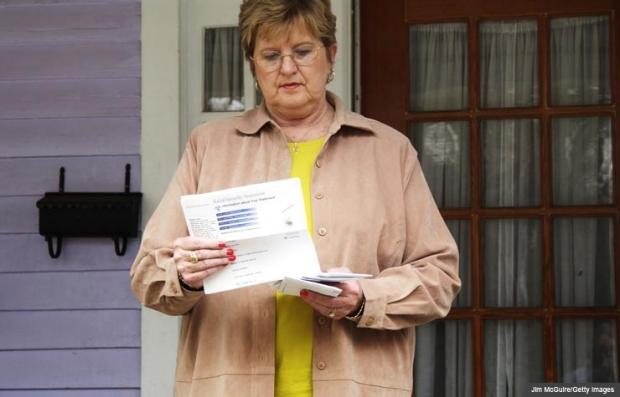 Mujer leyendo formulario del Seguro Social, el divorcio y sus beneficios del seguro social