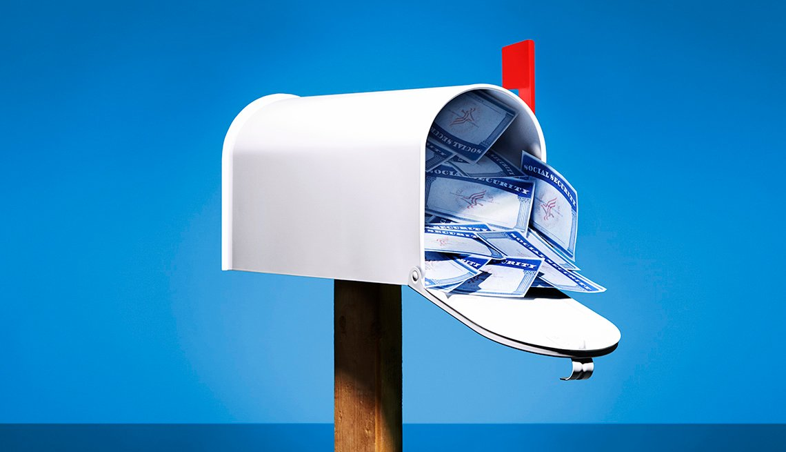 Buzón de correo con cientos de tarjetas de Seguro Social dentro
