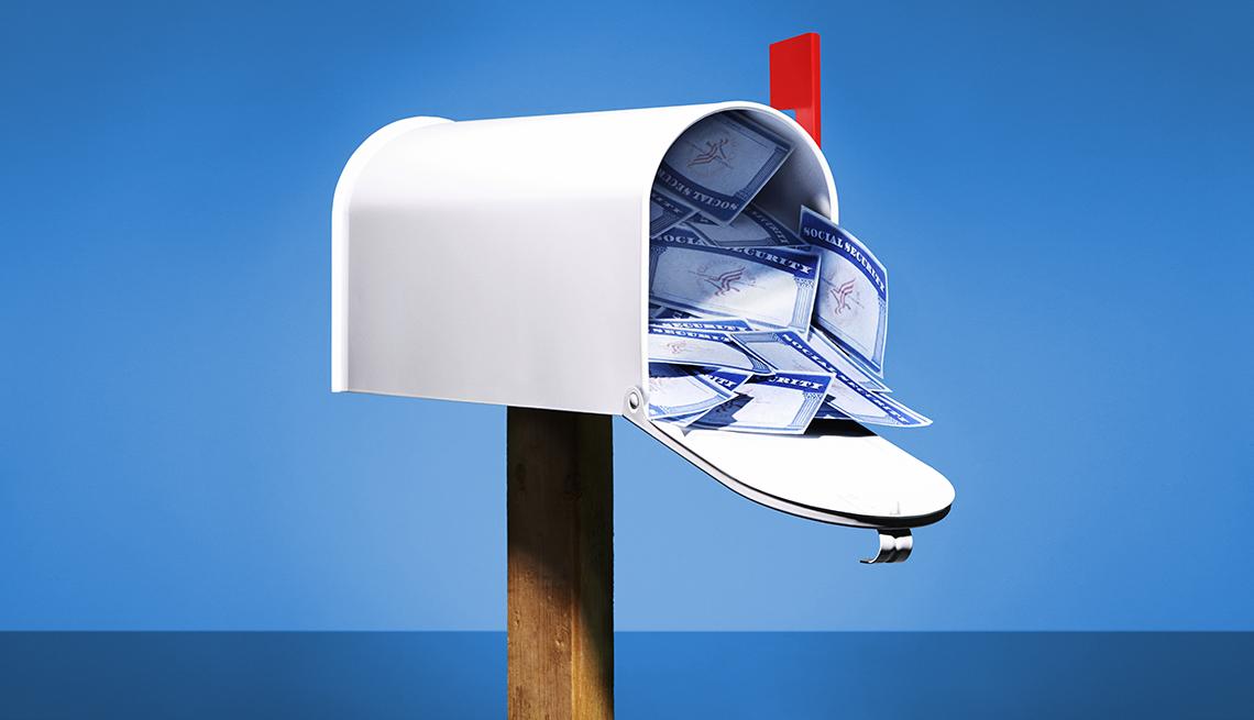 Tarjetas de Seguro Social en una buzón de correos