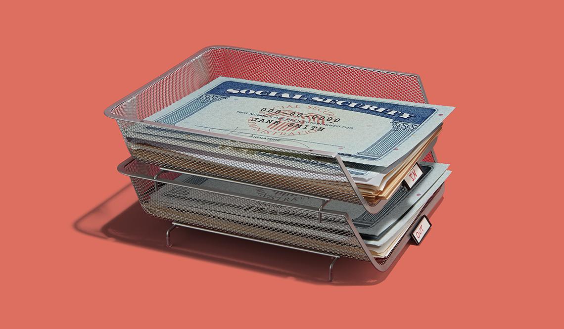 Caja de mesa transparente para recibir el correo con una tarjeta del Seguro Social encima.