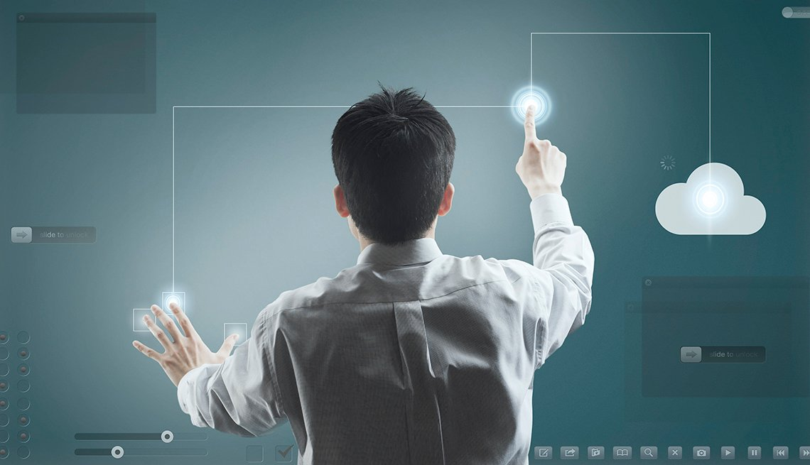 Hombre tocando una pantalla digital