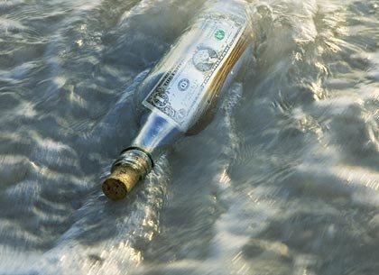 Botella con un dolar perdida en el mar