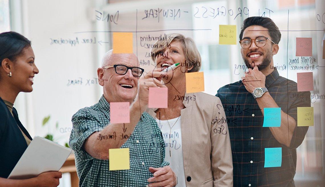 Trabajadores en una sesión creativa en una oficina moderna.