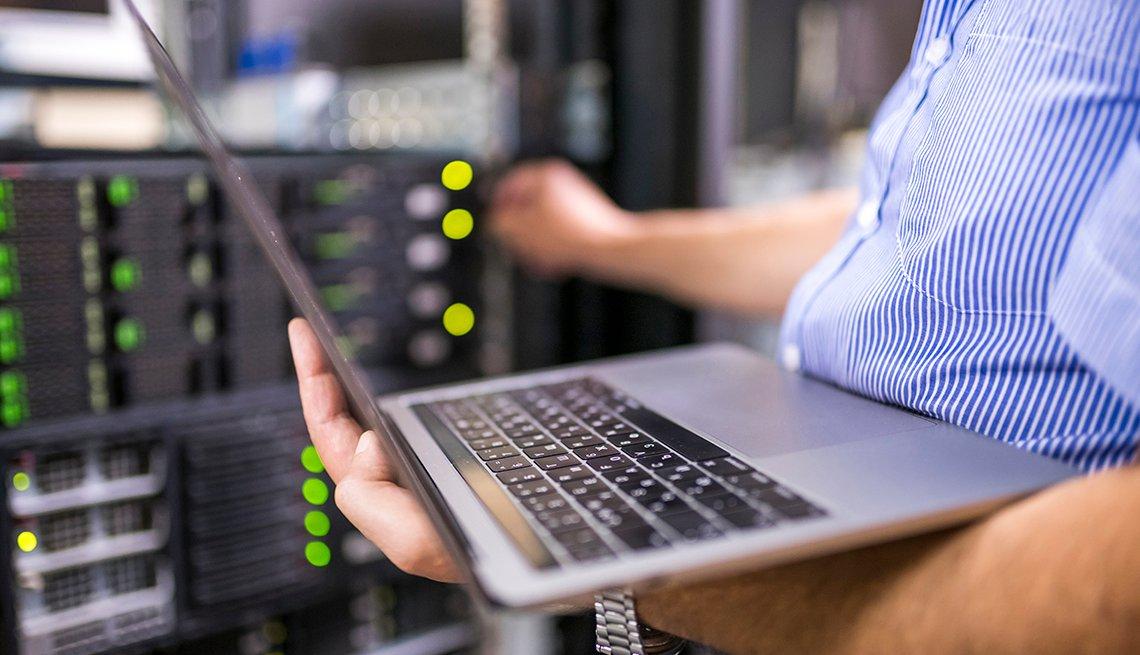 Ingeniero trabajando en un centro de datos, en Bulgaria.
