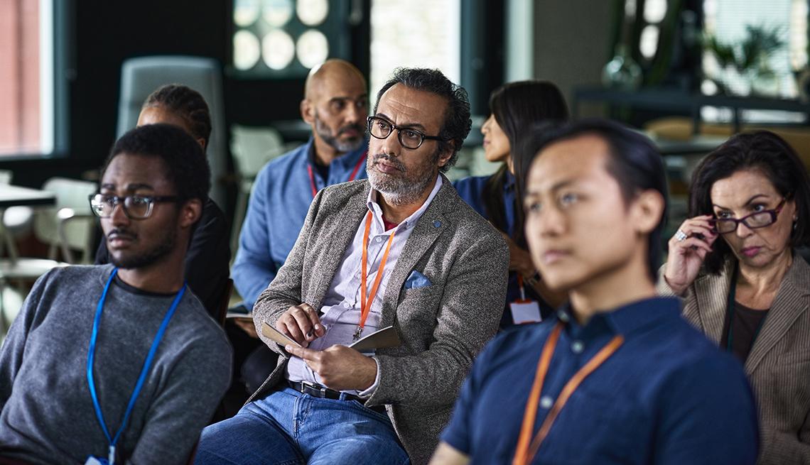 Grupo de trabajadores en una conferencia