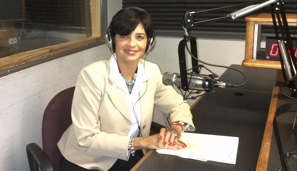 Hada María Morales en un estudio de radio y quien muestra que los sueños se hacen realidad.
