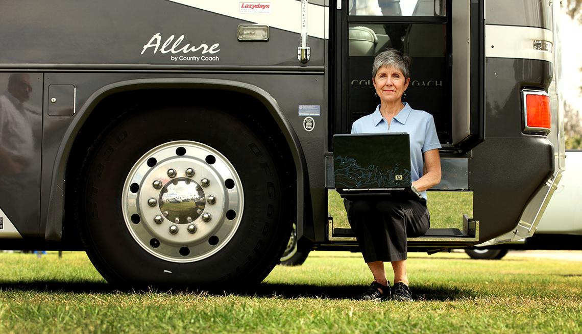 Jill Ferrer con su Laptop y su RV, trabajos parciales para jubilados