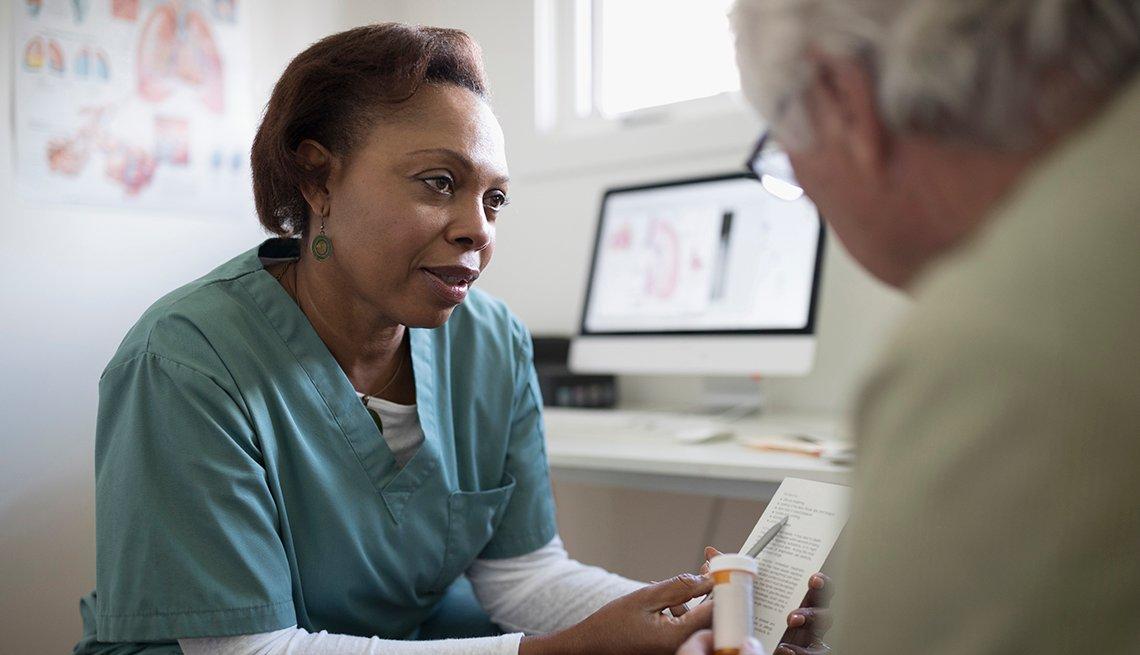 Doctora dando un medicamento a un paciente