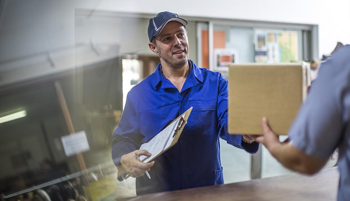 Cartero entregando un paquete en una oficina
