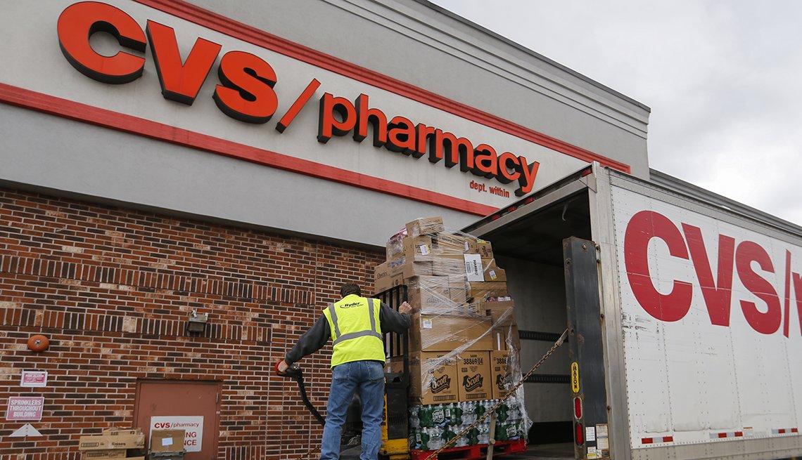 Trabajador descarga un camión frente a la farmacia de CVS en Nueva Rochelle, Nueva York.