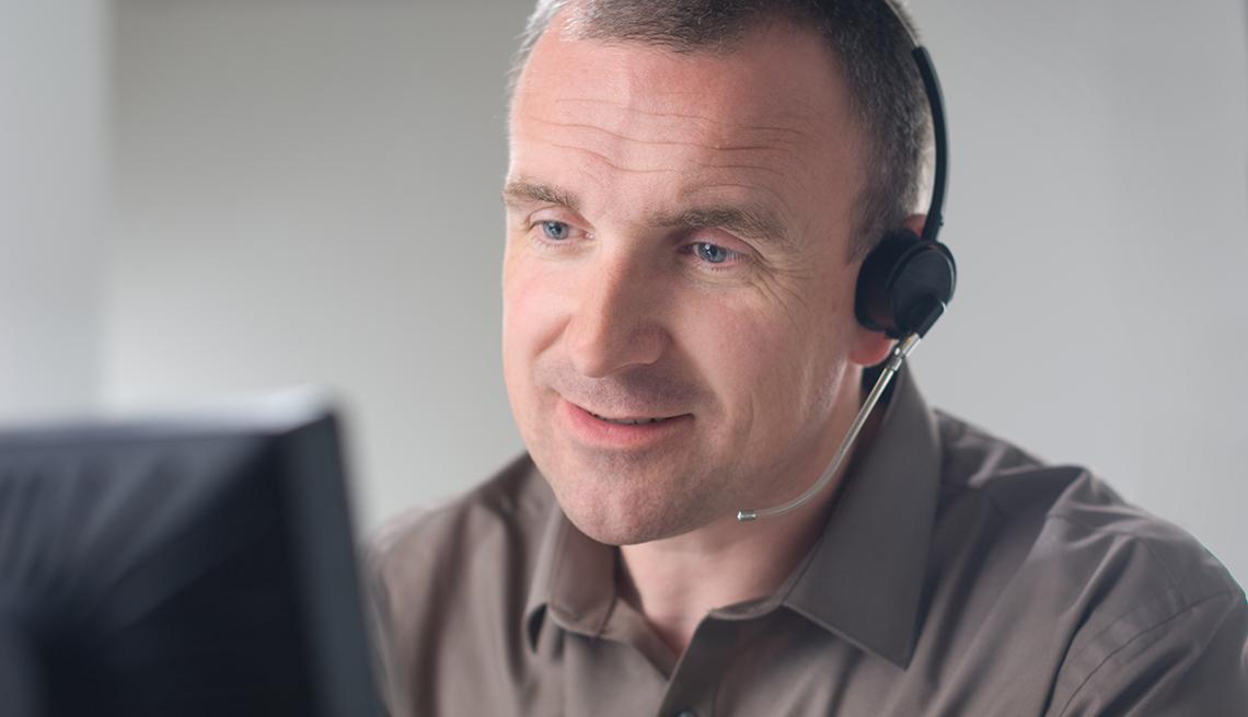 Hombre trabajando en servicio al cliente desde su casa.