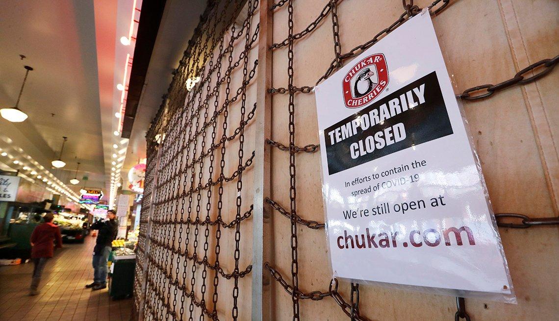 Letrero que explica que una tienda está cerrada por el coronavirus, Seattle, Washington.