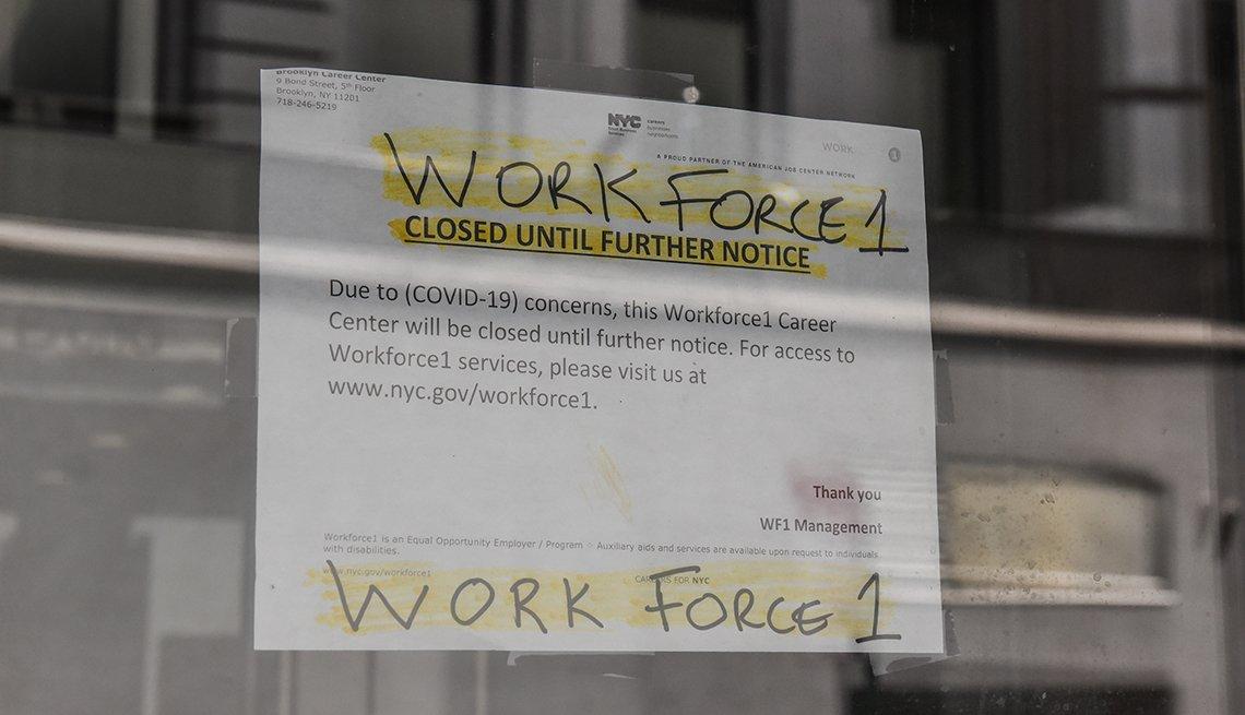 Papel sobre una vitrina de la oficina del programa Workforce 1 en Brooklyn, Nueva York, que notifica su cierre físico hasta un próximo aviso.