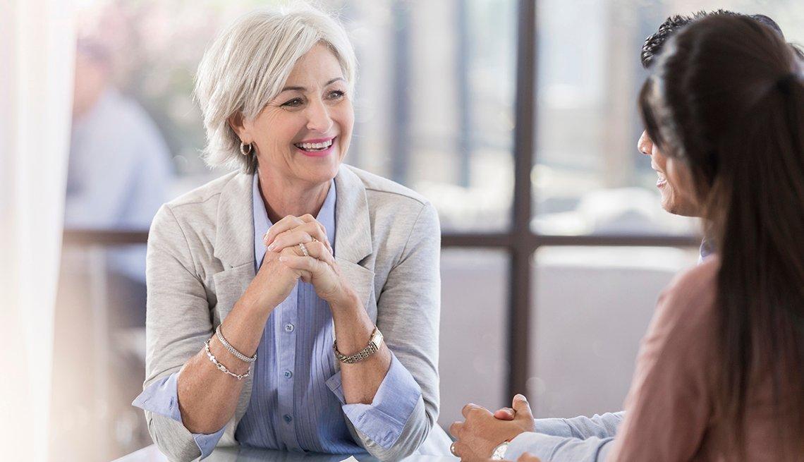Mujer mayor en una entrevista de trabajo