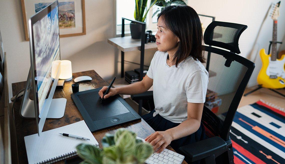 Mujer en su oficina en casa, en Okayama, Japón