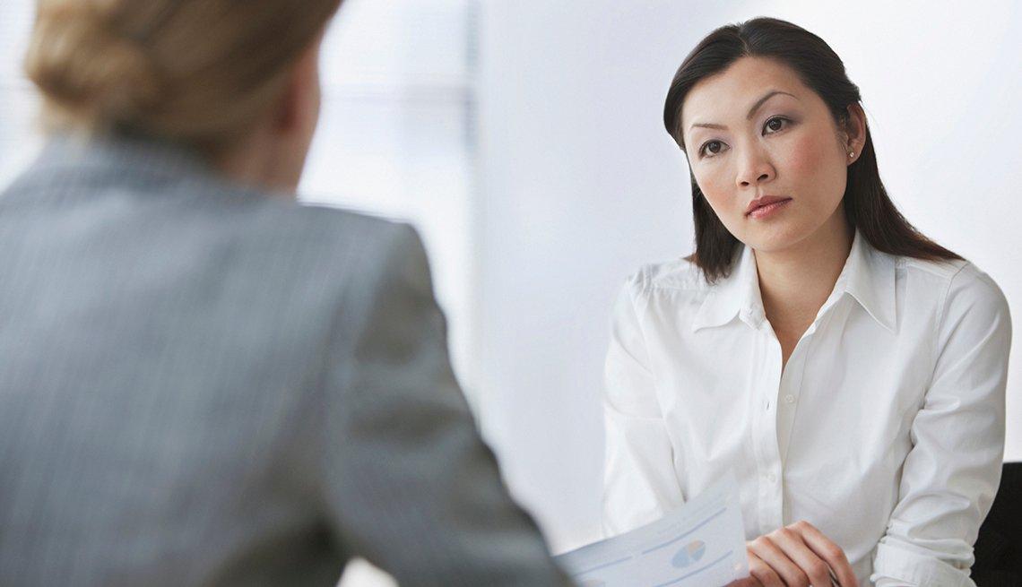 Mujer presentando una entrevista de trabajo ante otra mujer