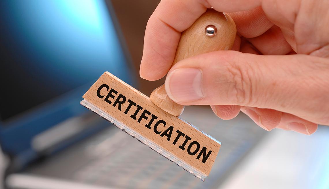 Mano que sostiene un sello que dice certificación