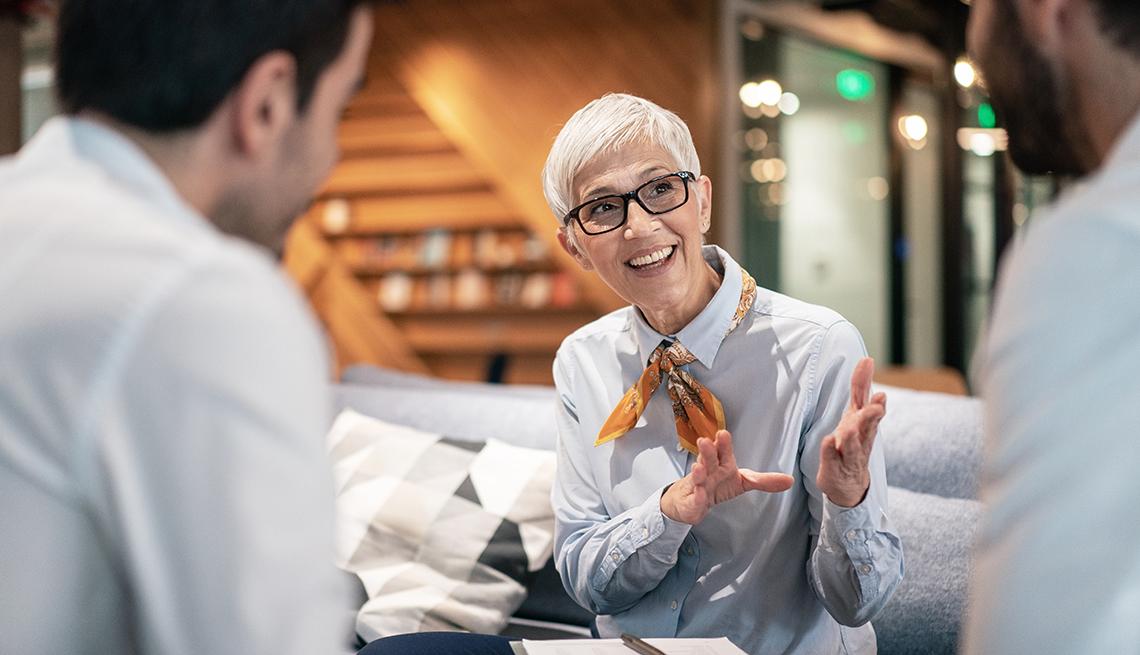 Mujer mayor en una estrevista de trabajo