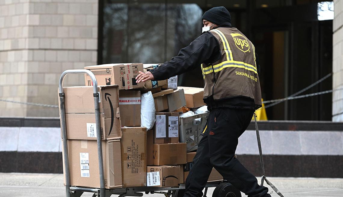 Cartero de UPS moviendo cajas