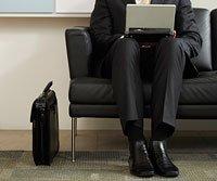 Hombre sentado en una sala de espera en búsqueda de trabajo.
