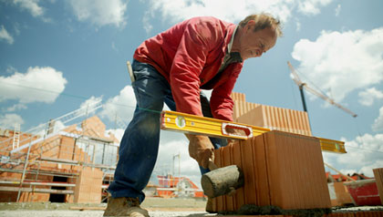 Un contratista trabajando al aire libre en una obra de construcción - 5 maneras de demostrar su valor