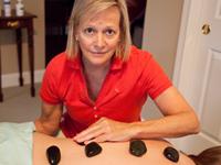 Mujer con unas piedras para hacer masajes