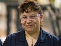 Mujer hispana trabajando en una empresa manufacturera