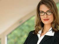 Mujer joven de negocios esperando por una entrevista de trabajo