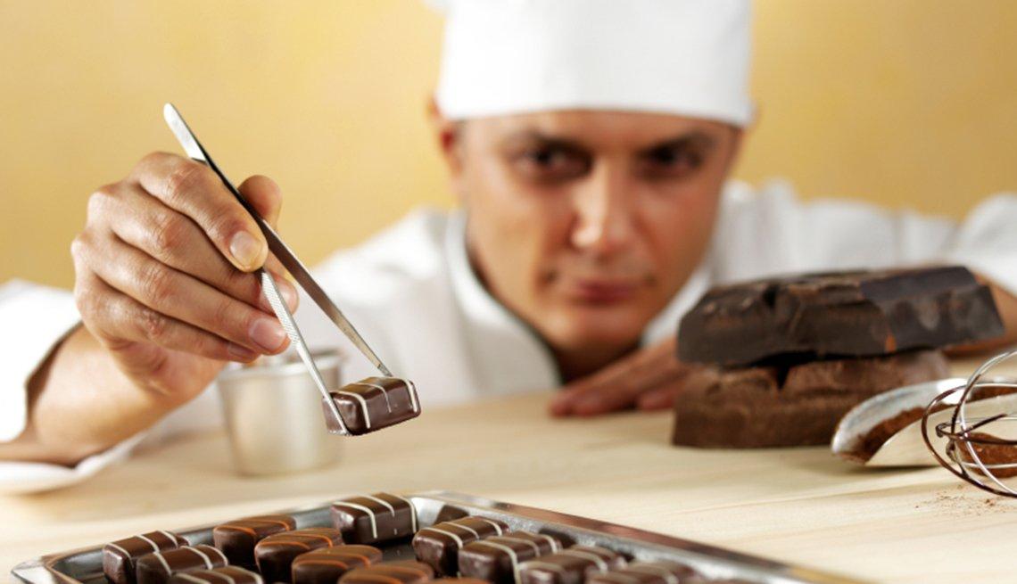 Chef preparando un dulce de chocolate