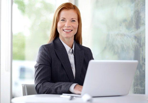 Vestirse para una entrevista en persona - Cómo tener éxito en su entrevista de video
