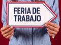 Hombre con un cartel de Feria de trabajo - 10 consejos para asistir a una Feria de Empleo Virtual