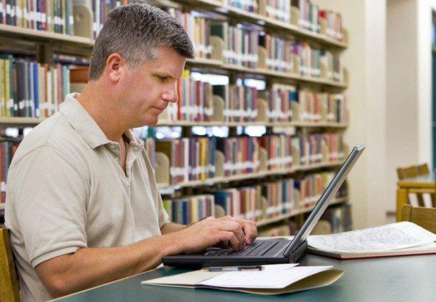 Hombre al frente de un computador - 10 consejos para asistir a una Feria de Empleo Virtual