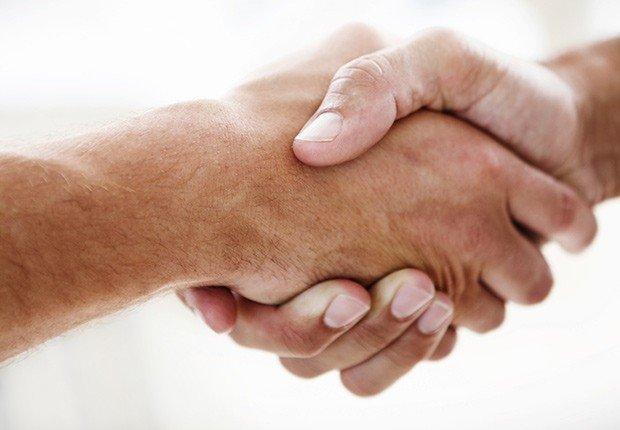 Dos hombres dándose la mano - 10 consejos para asistir a una Feria de Empleo Virtual