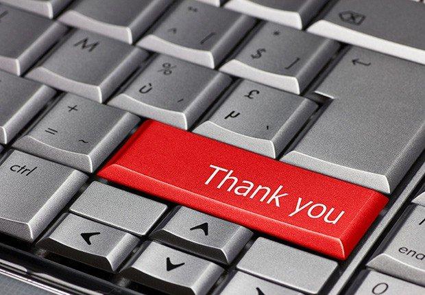 Tecla de computador con una nota de gracias escrita en inglés - 10 consejos para asistir a una Feria de Empleo Virtual