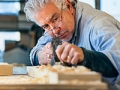 Carpintero trabajando en su taller - Trabajos de gran demanda en el 2014