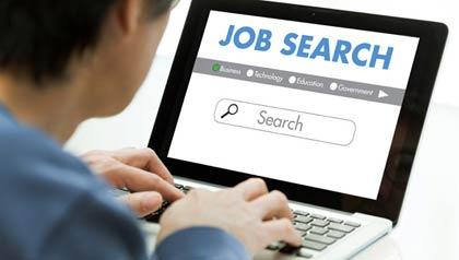 Persona usando una computadora portátil para buscar un puesto de trabajo en una página de internet