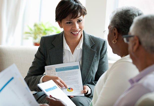 Pareja de adultos mayores reciben consulta financiera - Trabajos de gran demanda en el 2014