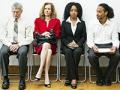 Grupo de diferente etnicidad y edad esperando una entrevista de trabajo.