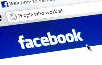 Imagen de un buscador de internet con el logo de Facebook - Búsqueda de trabajo en las redes sociales