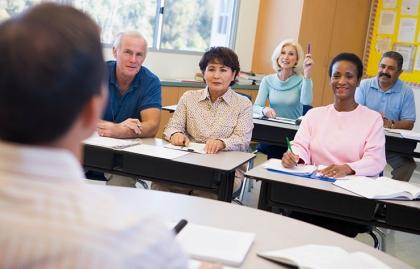 Personas mayores en una clase - Impulsa tu carrera.