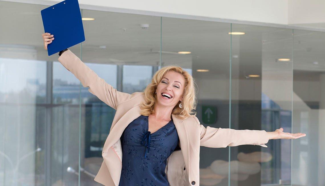 Mujer con las manos al aire en señal de celebración - Cómo encontrar empleo a cualquier edad
