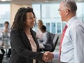 Mujer y hombre dándose la mano - Aprende a establecer tu red de contactos