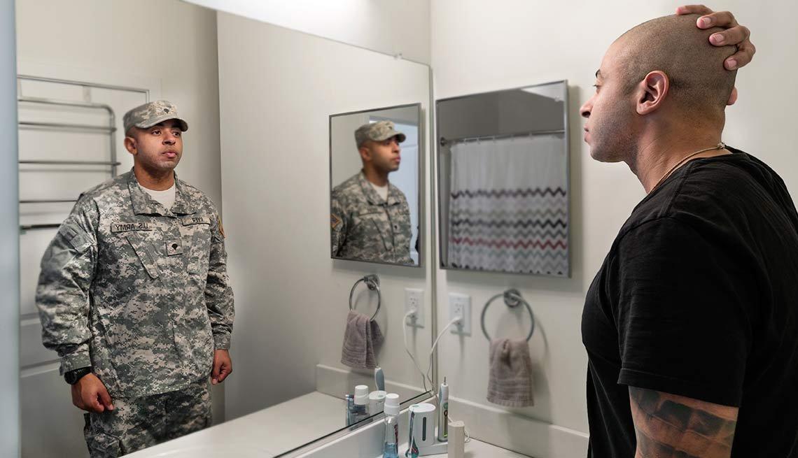 Foto montaje de un hombre el espejo con uniforme militar y al otro lado de civil - Del servicio militar al mercado laboral