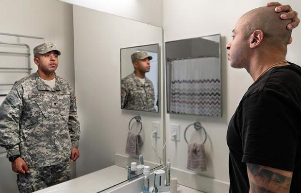 Foto montaje de un hombre en el espejo con uniforme militar y al otro lado de civil - Del servicio militar al mercado laboral