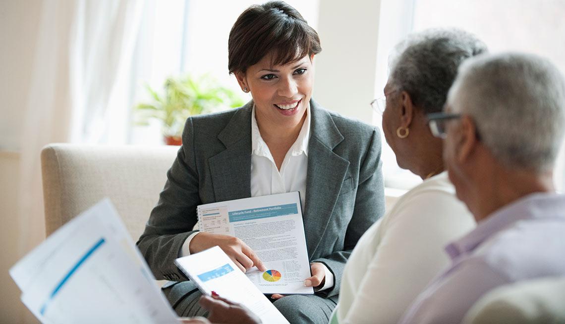 Pareja de adultos mayores en consulta financiera, crecimiento de empleos