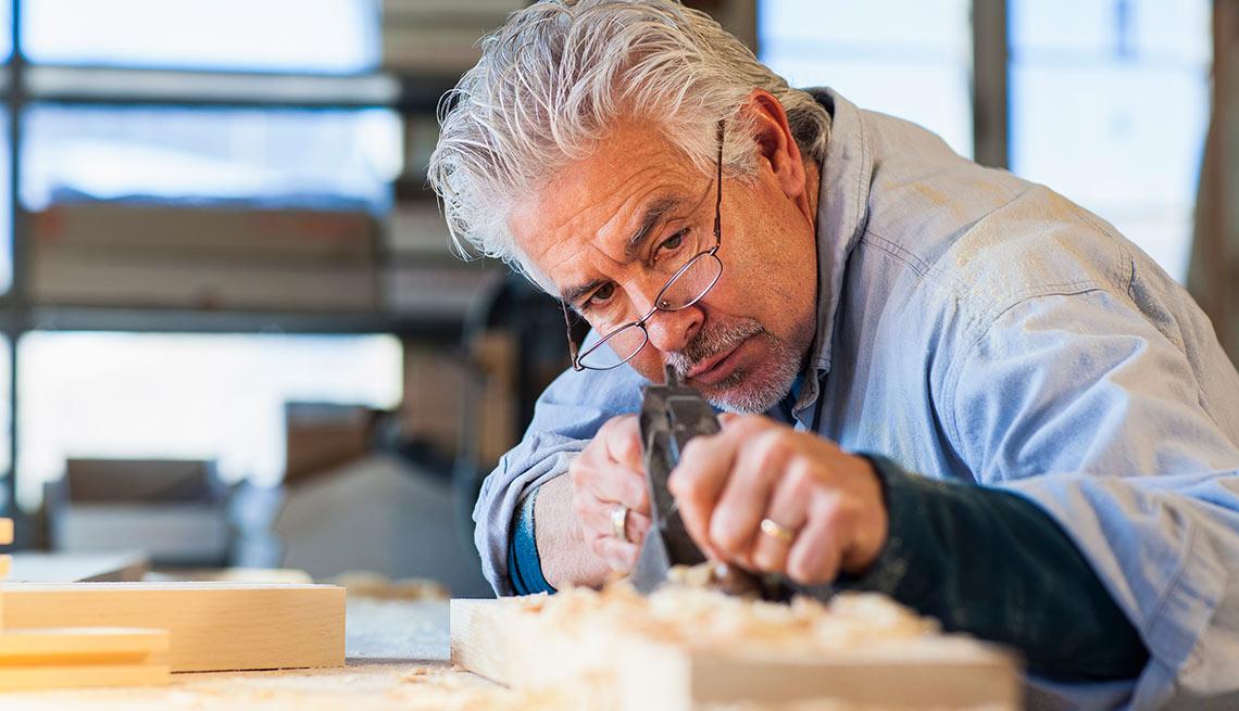 Carpintero hispano trabajando, crecimiento de trabajos