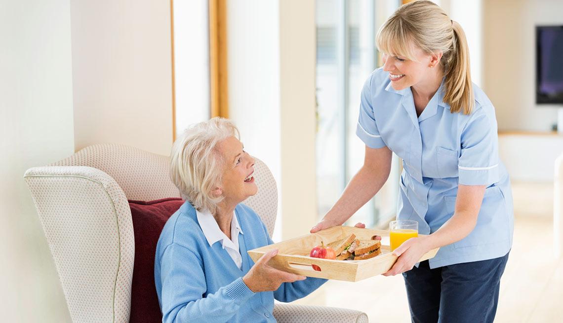 Mujer cuidando a una anciana, trabajos en crecimiento